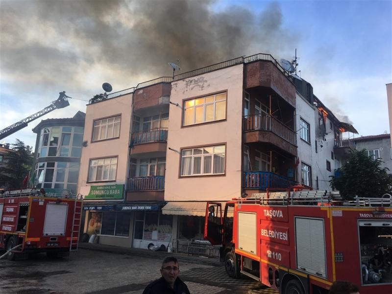 Taşova'da Ev Yangını: Çatı ve Bir Daire Kül Oldu