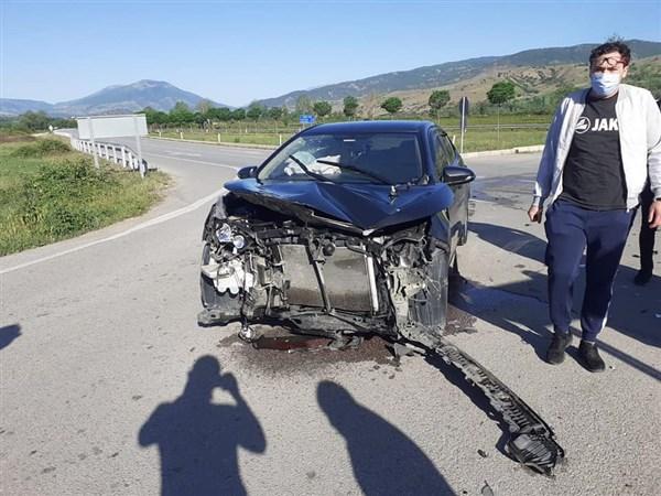 Dutluk Kavşağın'da Maddi Hasarlı Kaza