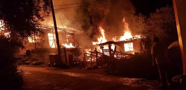 Altınlı'da Yangın: 2 Ev Kullanılamaz Hale Geldi