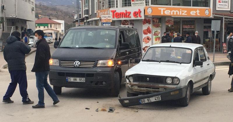 Atatürk Bulvarı Üzerinde Maddi Hasarlı Trafik Kazası