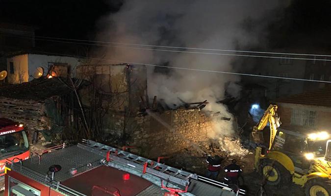 Belevi'de Ev Yangını 2 Ölü