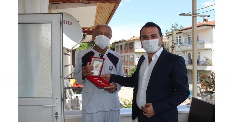 Kaymakam Çelik,Babalar Gününde Kıbrıs Gazisi Abdullah Küçük'ü Ziyaret Etti