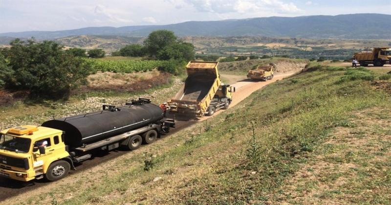 Köy Yollarında Sathi Kaplama Asfalt Çalışmaları Devam Ediyor