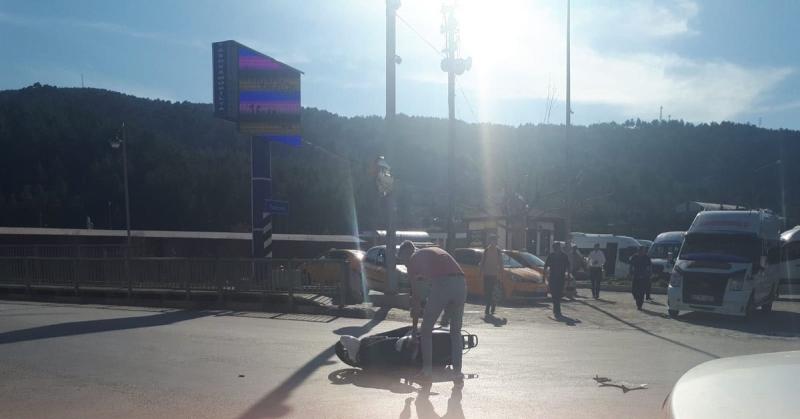 Motorsiklet ile Otomobil Çarpışması Sonucu Maddi Hasarlı Trafik Kazası Meydana Geldi