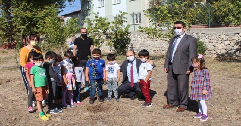'Öğretmenim Doğaya da Nefes Ol' Kampanyasında Fidan Diktiler