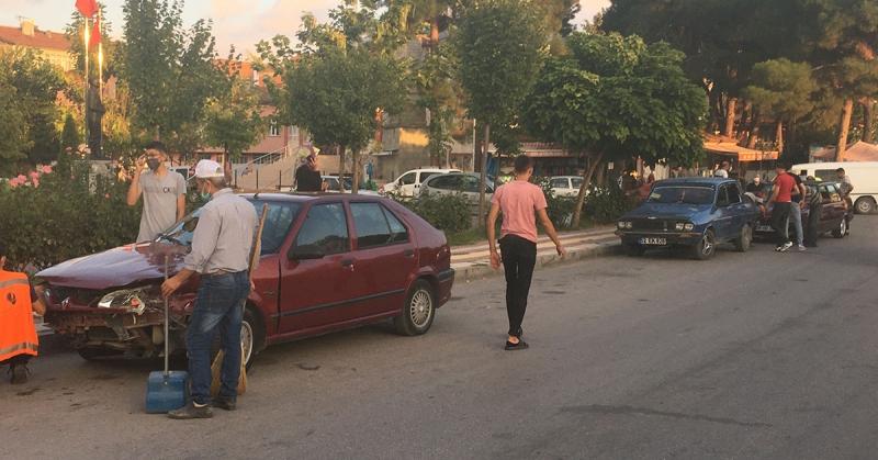 Taşova Atatürk Bulvarı Üzerinde Maddi Hasarlı Trafik Kazası