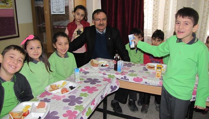 Öğretmenler öğrencileri ile kahvaltıda.