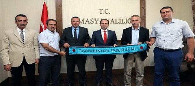 TAŞOVA HENTBOL VALİ'Yİ MAKAMINDA ZİYARET ETTİ