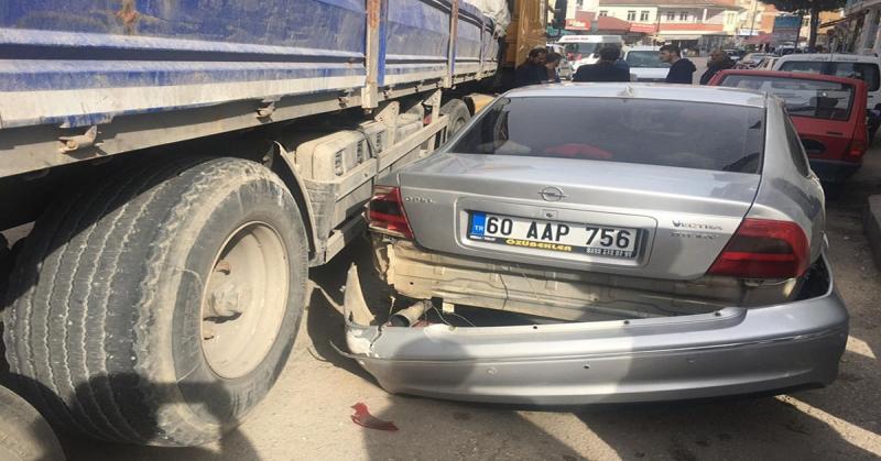 Taşova Pazarcılar Caddesi Kavşağı'nda Maddi Hasarlı Trafik Kazası