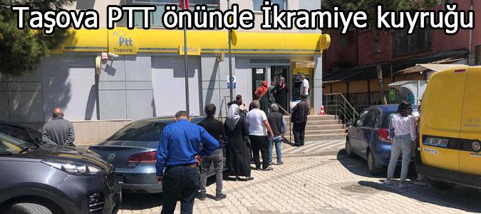 Taşova PTT önünde İkramiye kuyruğu