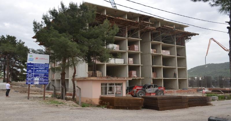 Taşova TOKİ Konutlarında, Bir Bloğun Kaba İnşaatı Tamamlandı