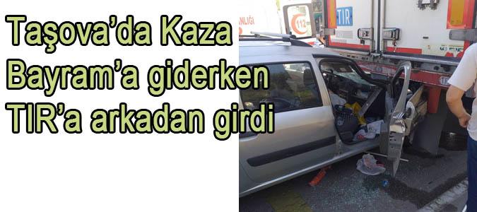 Taşova'da kaza, Bayrama giderken TIR'a arkadan girdi