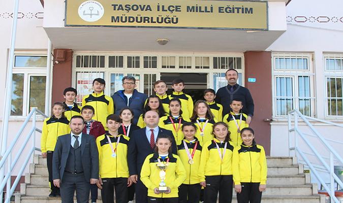 Şampiyon Atletlerden Milli Eğitim Müdürü Tümer'e Ziyaret